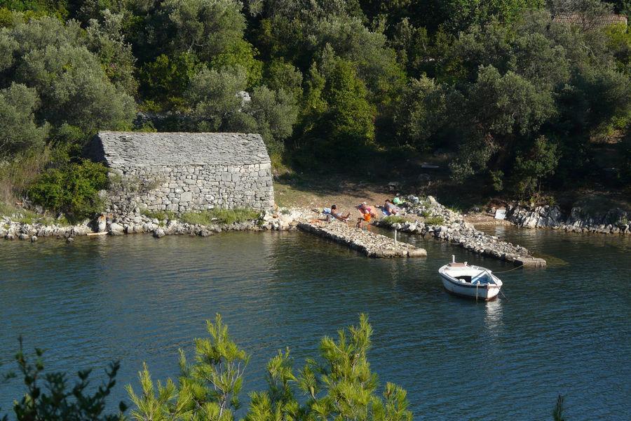 brna-istruga-stone-house-wooden-ship