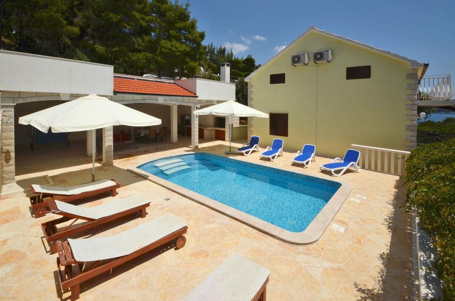 villa-lorena-swimming-pool-01
