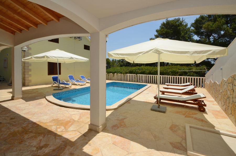 villa-lorena-swimming-pool-02