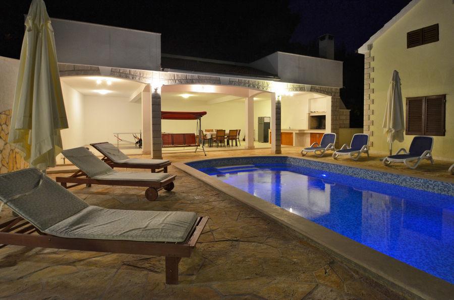 villa-lorena-swimming-pool-05