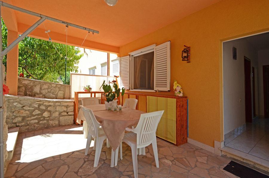 korcula-apartment-emilija-grill-courtyard-02