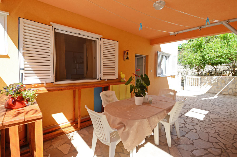 korcula-apartment-emilija-grill-courtyard-03