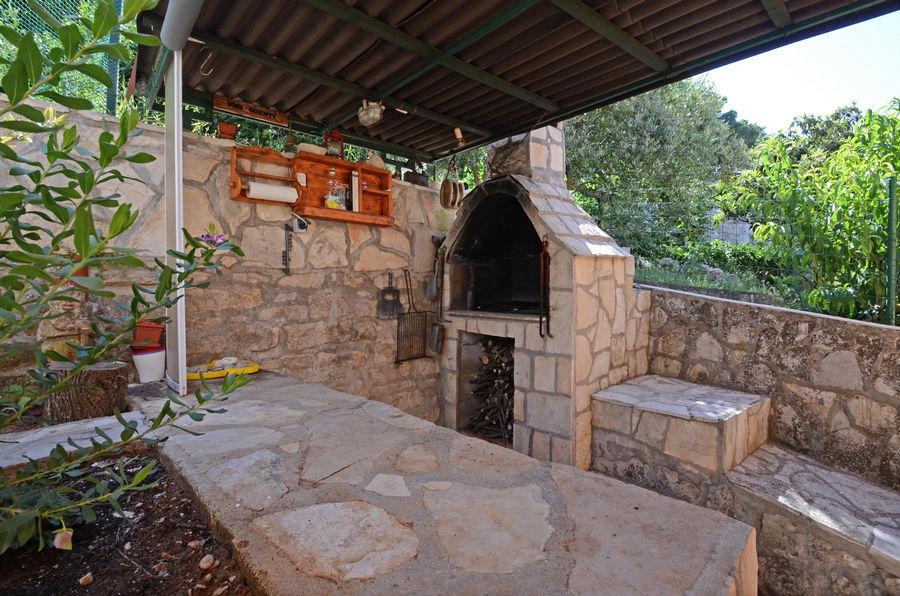 Korčula-Apartman-emilija-roštilj-dvorište-05