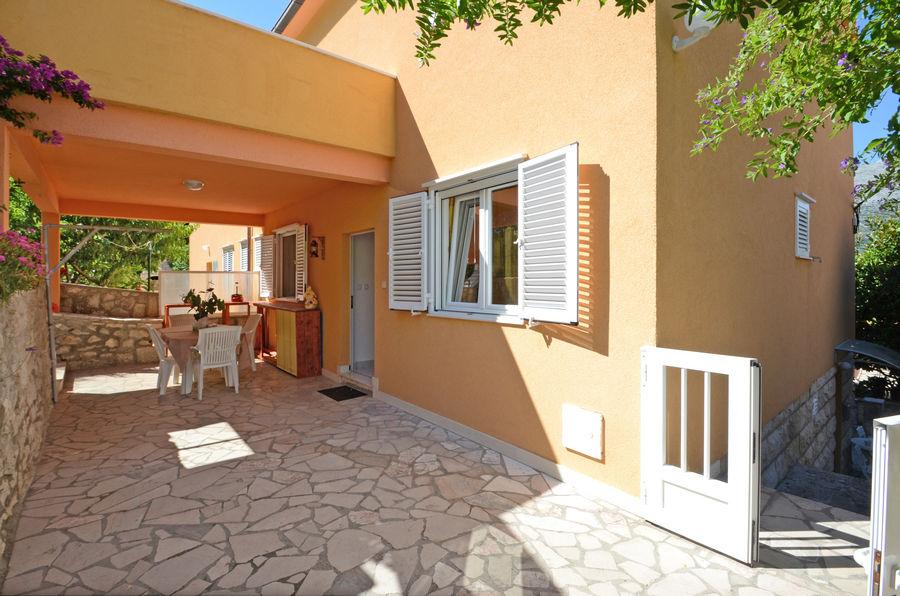 korcula-apartment-emilija-grill-courtyard-07