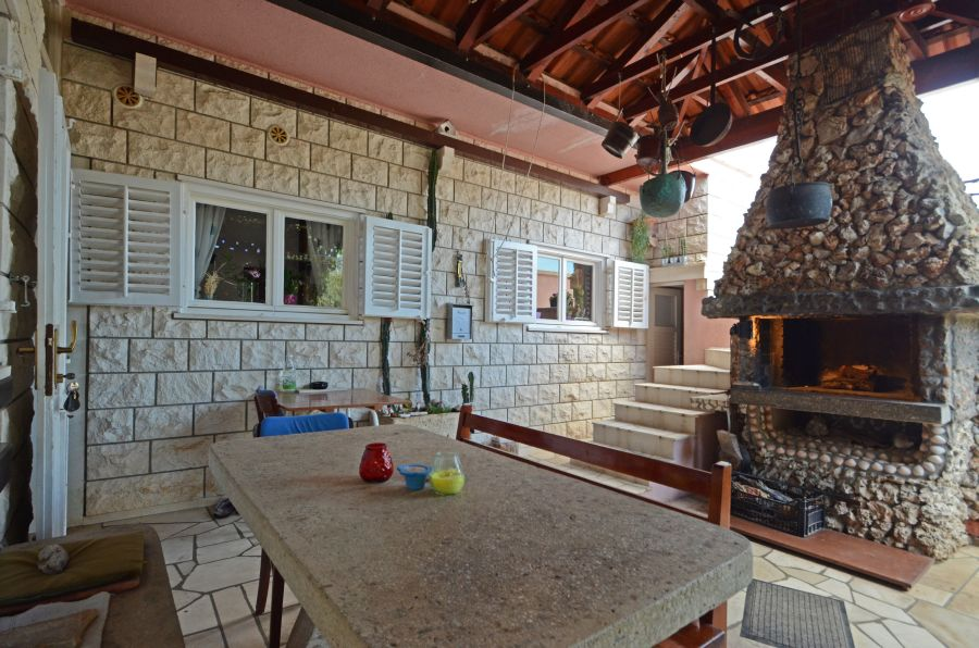 Korcula-Kneze-Apartments-Nola-House-barbecue-01