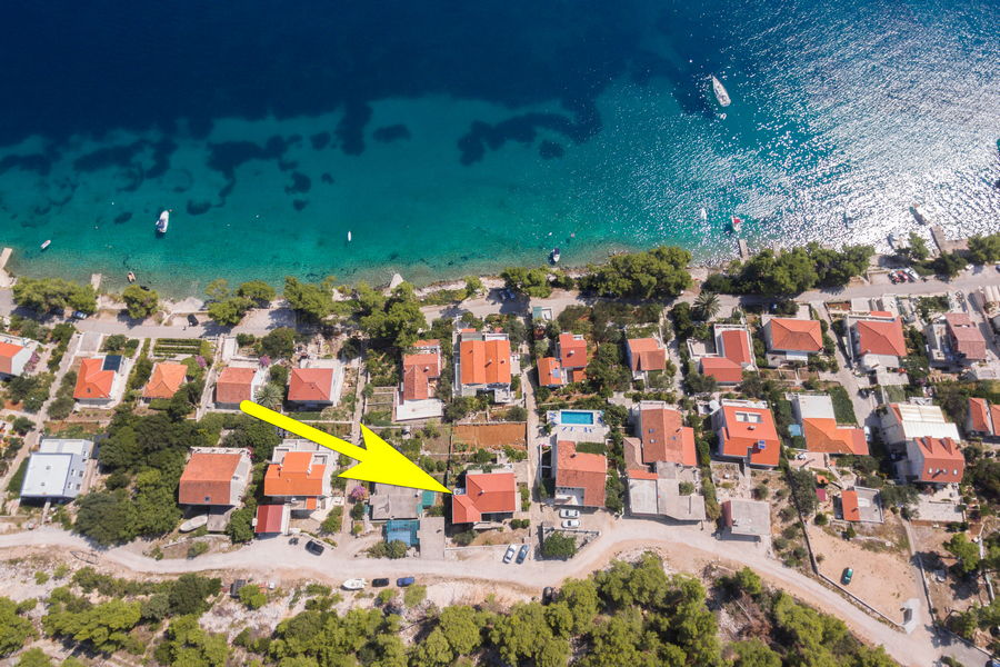 korcula-lumbarda-apartments-vukas-house-from-air-09-2020-pic-03-arrow