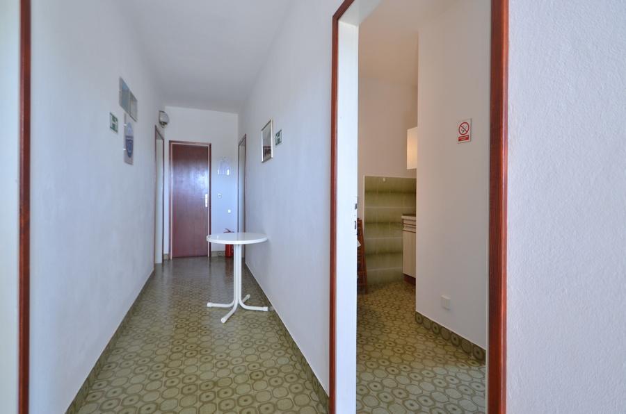 Korcula-Kneze-Apartments-Anton-side-entrance-01
