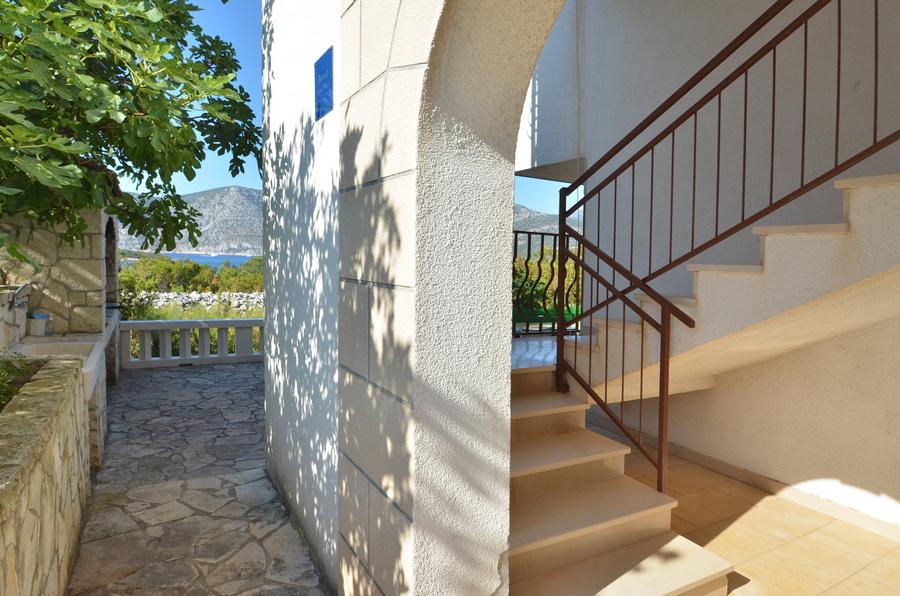 Korcula-Kneze-Apartments-Anton-side-entrance-05