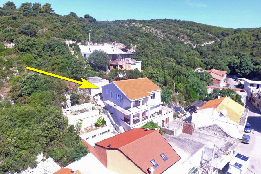 korcula-zavalatica-apartments-toni-house-air-02-arrow