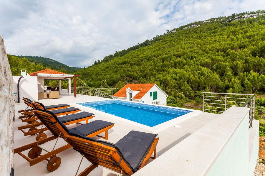 Villa-ileana-piscina-02