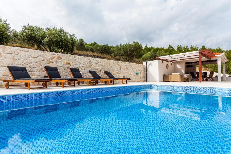 Villa-ileana-piscina-04