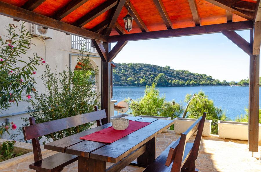 korcula-karbuni-apartment-denis-house-grill-terrace-09-2018-pic-04