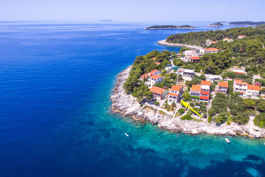 Korcula-Prizba-Apartments-Rina-House-from-air-03-flèche