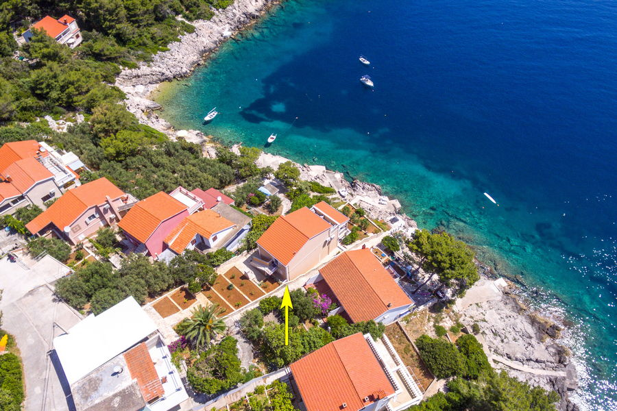 Korcula-Prizba-Apartments-Rina-House-from-air-05-flèche