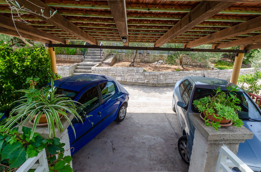 korcula-prizba-apartments-merica-house-parking-05