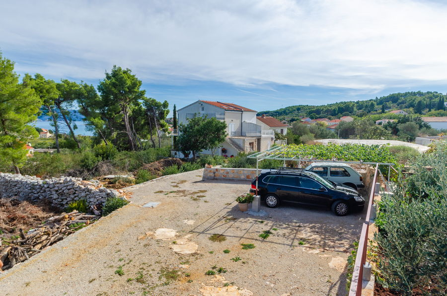 korcula-lumbarda-apartments-zeljka-house-parking-10-2020-pic-01